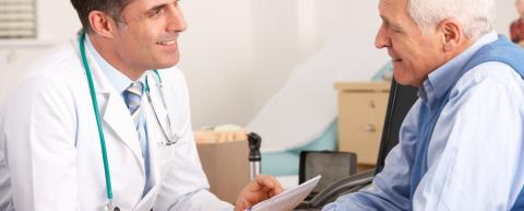 ārsts aprauga pacientu