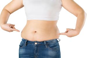 sieviete ar taukiem uz vēdera