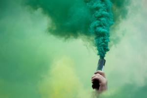 vīrietis pacēlis gaisā dūmu sveci