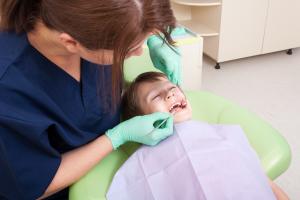 bērns zobārsta apmeklējuma laikā